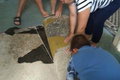 odstraňovanie starej podlahy, pomahaly školaci a rodičia